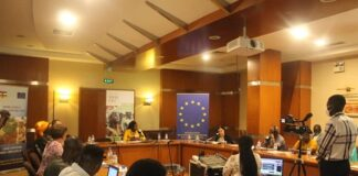Photo d'ensemble de la table ronde à l'hôtel Ledger de Bangui sur le phénomène de Fake news dans le pays.