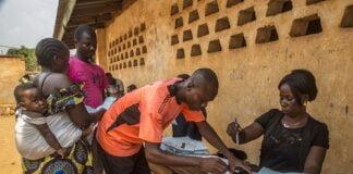 Un fonctionnaire traite les cartes d'identité des électeurs, avant les élections générales en République centrafricaine le 27 décembre 2020