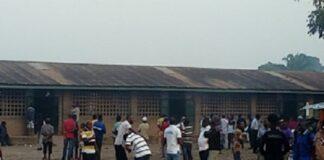 Des électeurs à l'école Bimbo, le 27 décembre 2020. Photo Fridolin NGOULOU
