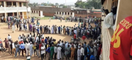 les électeurs à l'École Gbaya Dombia dans le 3e arrondissement de Bangui par fridolin ngoulou