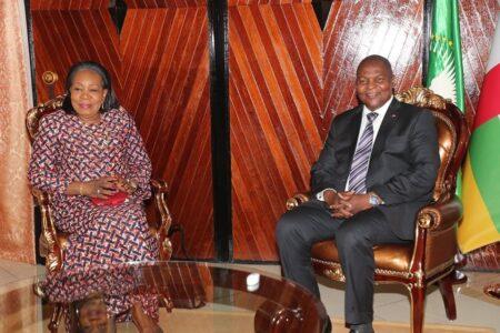 l'ex-chef d'État de transition catherine samba-panza et le chef de l'État faustin archange touadera au palais de la renaissance le 17 janvier 2020