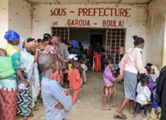 Des réfugiés de la République centrafricaine font la queue devant les bureaux administratifs de Garoua-Boulai, au Cameroun, le 8 janvier 2021, où le Haut-Commissariat des Nations Unies pour les réfugiés (HCR) les traitera après avoir fui la RCA
