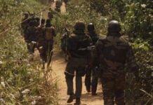 des soldats FACA en patrouille à pieds au quartier derrière l'aéroport de Bangui