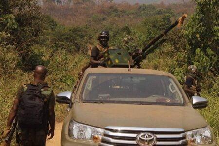 des soldats FACA en patrouille au qkuartier derrière l'aéroport de Bangui Mpoko par CNC