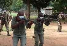 deux soldats FACA en exercice de tirs lors d'un entrainement de l'EUTM-RCA au camp kassai