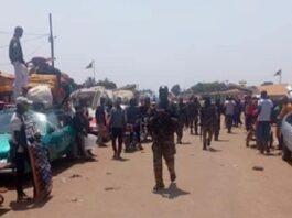 Une foule sortie observée l'arrivée des soldats FACA à Béloko, le 11 février 2021.