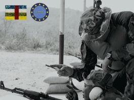 Un soldat FACA avec son arme posée au sol