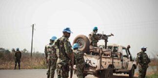 Des Casques bleus rwandais à un point de contrôle sur la route entre Bangui et Damara, où des combats ont eu lieu fin janvier