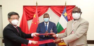 photo de la signature de l'accord commercial entre la chine et la rca avec l'ambassadeur de la chine et touadera et ministre de l'économie moloua par renaissance