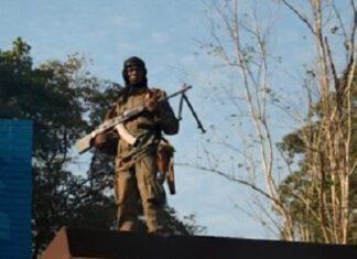 Un soldat de l'armée centrafricaine se tient sur un toit alors qu'il gardait la mairie de Bambari, en République centrafricaine, le 16 novembre 2020