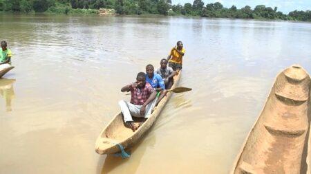 Des civils travers le fleuve Oubangui vers la RDC