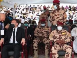Emmanuel Macron prend place à côté de Mahamat Idriss Deby, désormais Président du comité militaire de transition (CMT) qui dirige le pays, au funerail de son père Idriss Déby Itno, le 23 avril 2021.
