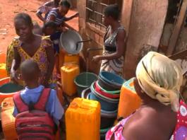 problème d'eau à Bangui et les gens se rassemble autour de robinet