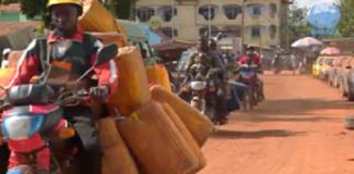 Centre-ville de Bangui, la capitale de la République centrafricaine avec une moto qui passe et des piétons