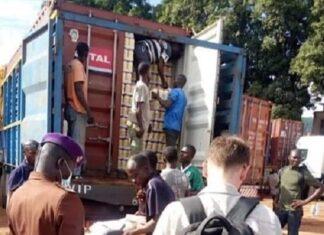 Au poste de douane de Béloko un douanier assisté d'un agent russe de la mission économique russe