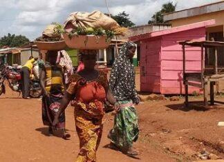 Deux femmes qui reviennent du champs à Bria