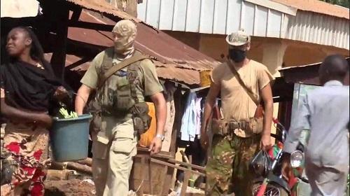 Deux mercenaires syriens de la société russe Wagner dans le marché faisant leurs emplettes