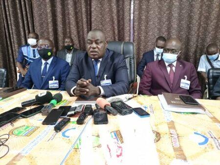 Le Directeur général de la douane Frédéric Théodore Inamo , entouré par ses directeurs adjoints