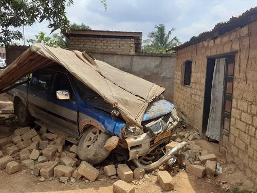 Le véhicule de l'accident encastré dans la cuisine endommagée