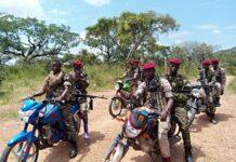 Les combattants des 3R sur leurs motos avec des armes