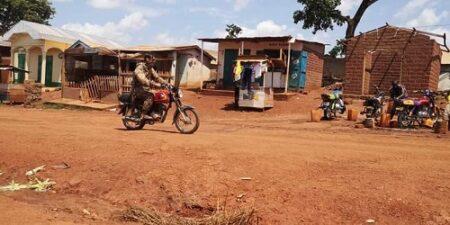 Un mercenaire de la société Wagner conduit une moto à Bria
