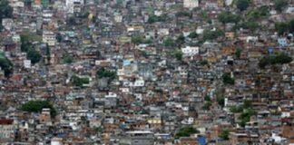 Une favela le long d'une colline à Rio de Janeiro, au Brésil.