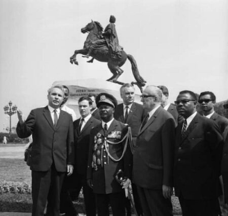 Thierry Simbi, Photo: Visite de Jean-Bedel Bokassa en Juillet 1970 à Léningrad (Saint Petersbourg) devant la statue du cavalier de bronze représentant Pierre le Grand