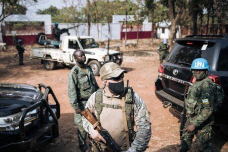 Un soldat de la Minusca, un paramilitaire russe et un membre de la garde présidentielle montent la garde pendant que Faustin-Archange Touadera vote à Bangui, en République centrafricaine, lors des élections présidentielle et législatives, le 27 décembre 2020. ALEXIS HUGUET / AFP