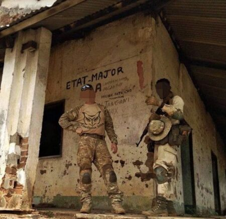 Deux mercenaires russes de Wagner occupant l'État major des rebelles en Centrafrique