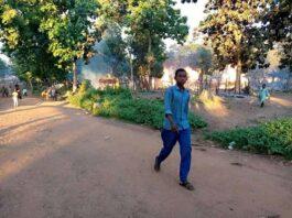 Le site d'Élevage de Bambari incendié en arrière- plan