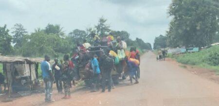 Une moto taxi brousse sur la route de Mbaïki