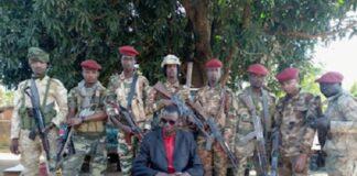 Le chef rebelles Bobo de 3R entouré de ses gardes du corps