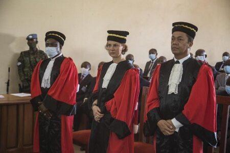De gauche à droite, Monsieur Tyabatuoba Jean Alexandre Tindano, Procureur, Madame Vinciane Boon , Juge, et Monsieur Herizo Rado Andriamanantena, Juge de la nationalité malgache.
