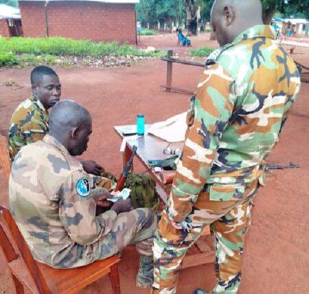 les gendarmes en poste de Yaloké en train de partager de l'argent verser par les transporteurs