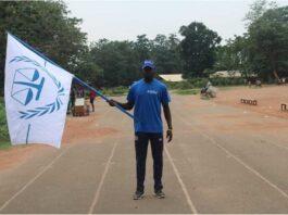 un athelette qui porte le drapeau de la justice internationale