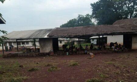 vue de l'extérieur dans la cour de l'hôpital de Nanga Boguila