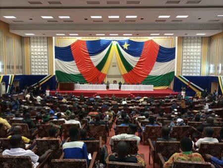 Vue d'ensemble de l'hémicycle de l'Assemblée nationale remplie par les élus de la nation