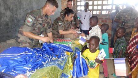 Distribution des kits scolaires par les éléments de la Mislog France