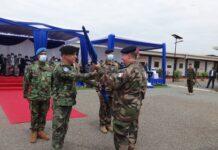 La remise du drapeau de L'Union Européenne, symbole de commandement de l'EUTM RCA au nouveau commandant, le général de brigade Jacques Langlade de Montgros