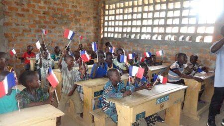 Les enfants dans une salle de classe et tous avec le drapeau de la france