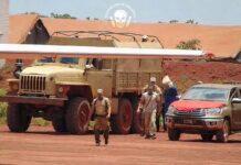 Arrivage à l'aéroport de Bangui M'poko du prisonnier spécial, un haut gradé de l'armée nationale habillé en bleu arrêté par les mercenaires russes et Syriens de la société Wagner