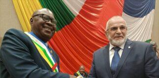 Le président du parlement centrafricain Sarandji qui remet la lettre de félicitations et d'encouragement au représentant des forces russes en Centrafrique