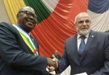 Le président du parlement centrafricain Sarandji qui remet la lettre de félicitations et d'encouragement au représentant de la société Wagner en Centrafrique. Copyright2021CNC