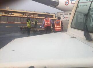 Les employés de la société Aviation Handline Service et leur directeur général en train de travailler sur la piste de l'aéroport de Bangui Mpoko