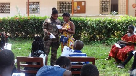 Les militaires français et les participants de l'atelier écriture