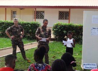 Les militaires français et les participants de l'atelier lecture