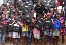 Photo des enfants ayant reçus leurs kits scolaires